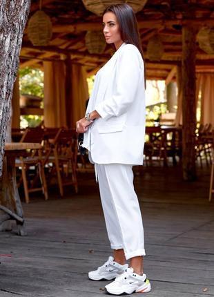 Брючный костюм белый