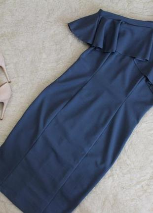 Приталена сукня з відкритими плечима та воланами