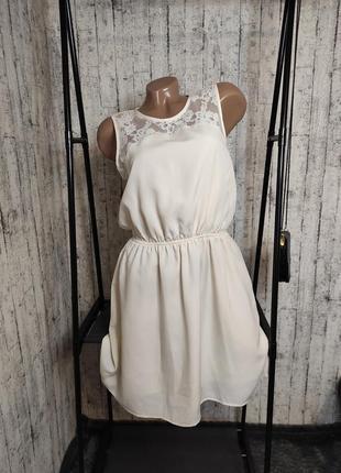 Платье кремового цвета с кружевными вставками
