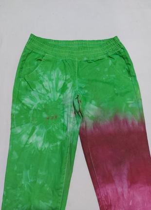 Яркие джинсы, с интересной дизайнерской цветностью, тянутся, высокая посадка