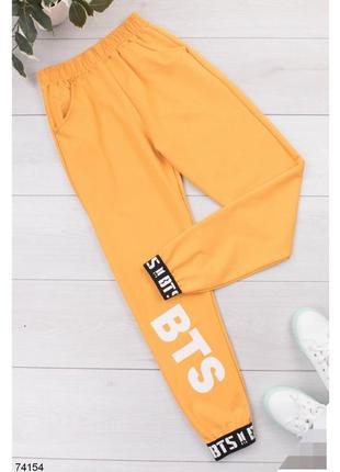 Женские спортивные брюки штаны с надписью надписями бтс bts жовті жёлтые желтые джогеры джоггеры спортивні штани жіночі з джогери турция турецкие