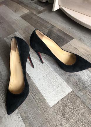 Стильные чёрные туфли лодочки с красной подошвой