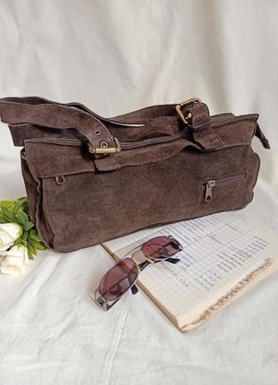 Замшевая сумка багет коричневого цвета с интересными карманами. италия!