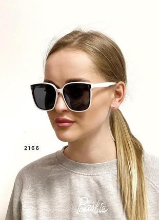 Солнцезащитные очки с чёрными линзами в белой оправе
