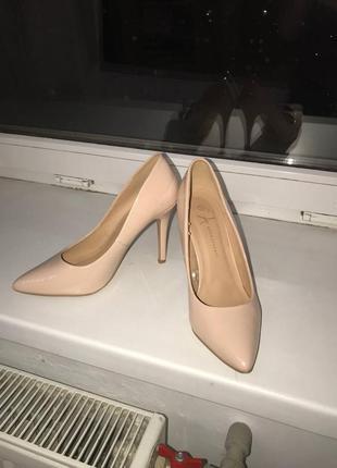 Туфли на каблуке острый нос