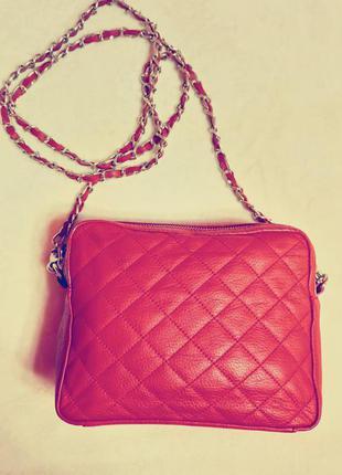 Качественная красная сумочка из натуральной кожи.