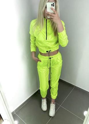 Лёгкий ярко неоновый спортивный костюм