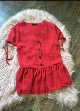 Красная блуза на пуговках