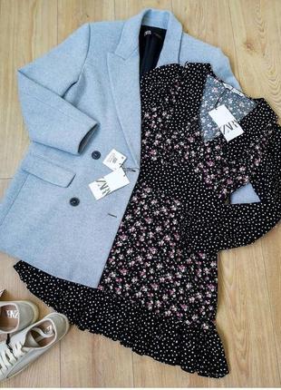 Черное расклешонное мини платье с рюшами в цветочный принт / в мелкий горошек