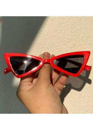 Солнцезащитные очки от солнца треугольные с черными чёрными линзами красной оправой в стил ретро винтаж винтажные кошачий узкий глаз лисички