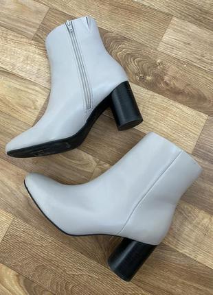Шикарные модные ботинки на круглом каблуке