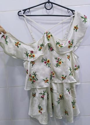 Молочная атласная ярусная блуза с вышивкой
