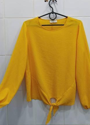 Яркая шифоновая блуза с завязочками снизу