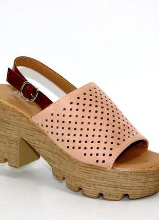 Женская летняя обувь - розовые босоножки на тракторной подошве