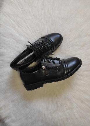 Черные кожаные туфли на низком каблуке шнуровкой молнией броги классика