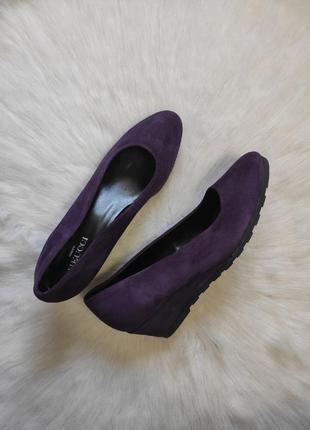 Фиолетовые туфли балетки натуральные замшевые на низкой танкетке платформе meucci италия