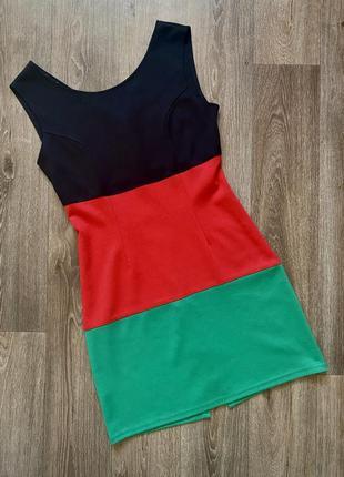 Платье с замком через всю спину чёрно-красно-зелёное