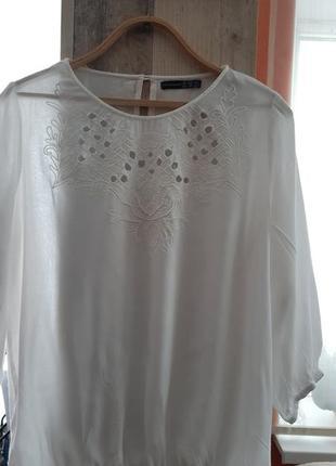 Белая тонкая блуза с выбитой вышивкой