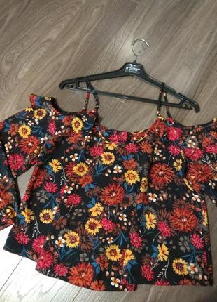 Яркая блузка с открытыми плечами