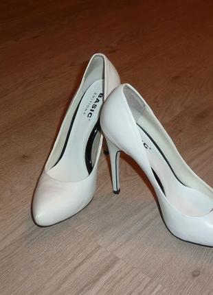 Кожаные белые туфли лодочки