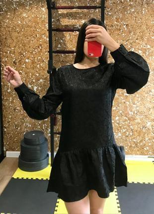 Чёрное платье короткое с баской пышный рукав с узором по всему платью