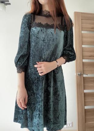 Изумрудное велюровое платье свободного кроя
