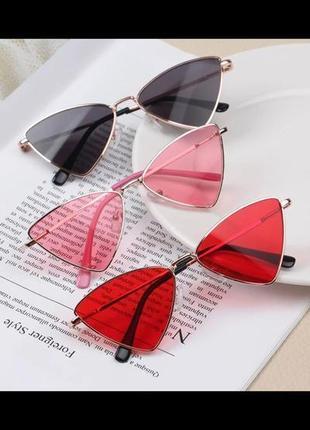 Солнцезащитные очки от солнца треугольные с красными линзами стеклами стёклами металлической оправой в стиле ретро винтаж винтажные кошачий узкий глаз
