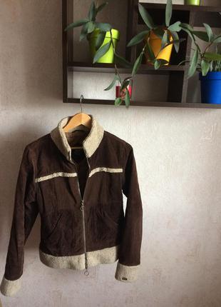 Осенняя вельветовая коричневая куртка