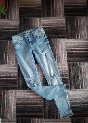 Базовые джинсы скинни zara с асимметричным низом и потертостями