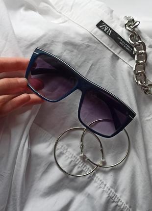 Затемненные очки с квадратной оправой
