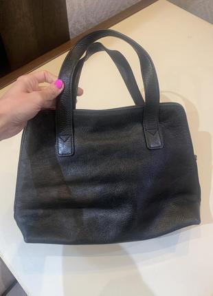 Кожаная чёрная сумка с короткими ручками