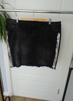Черная джинсовая юбка с лампасами и бахромой