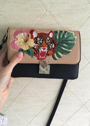 Маленькая сумка через плечо с вышивкой тигром