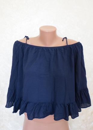 Синяя легкая блуза с открытыми плечами с рюшами от atm