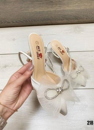 Белые туфли на каблуках з бантиком, атлас