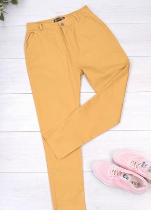 Темно-желтые джинсы