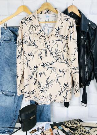 Блуза нежного бежевого цвета с принтом листья