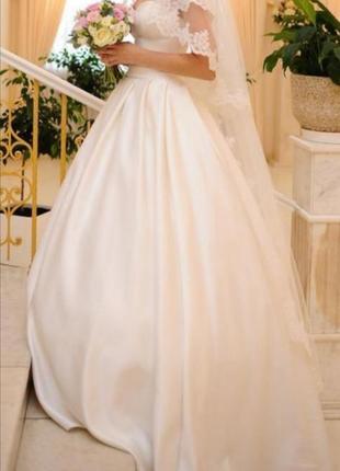 Свадебное атласное платье цвета айвори