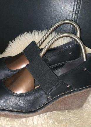 Clarks туфлі шкіряні на танкетці 38 р по ст 25 см ширина 8.5 см танкетка 6 см