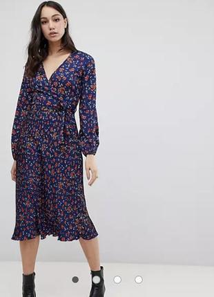 Плиссированное платье миди с цветочным принтом и поясом