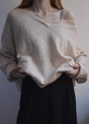 Нежный свитер бежевого цвета