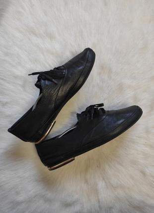 Черные натуральные кожаные мягкие туфли балетки со шнуровкой золотым низком каблуке