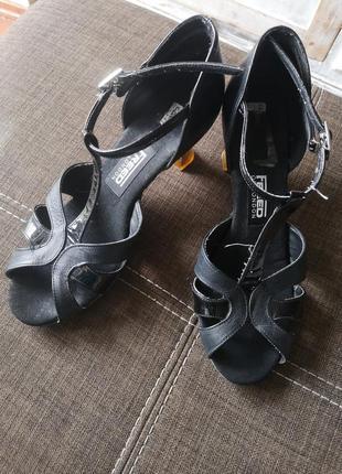 Танцювальні туфлі 22,5см