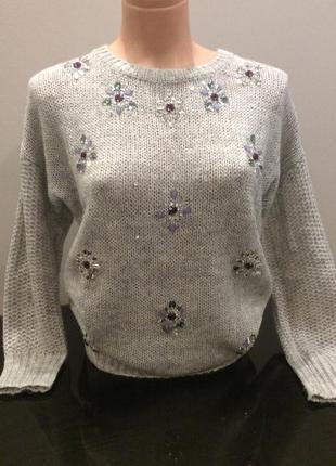 Красивый нарядный свитер с украшением