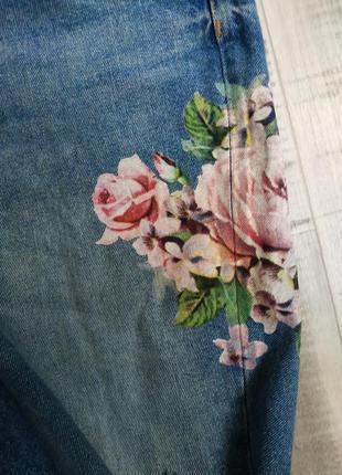 Летние джинсы мом с цветочным принтом3 фото