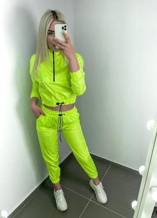 Женский яркий спортивный костюм
