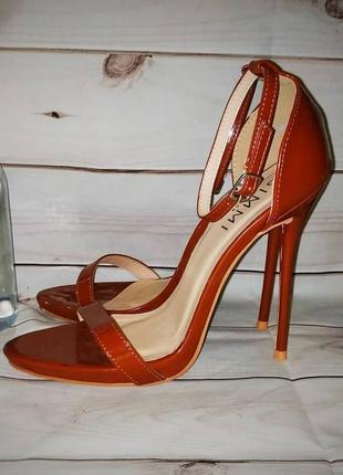 Женские босоножки на высоком каблуку