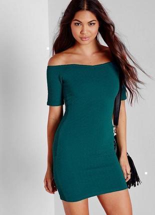 Фактурное платье с приспущенными плечами