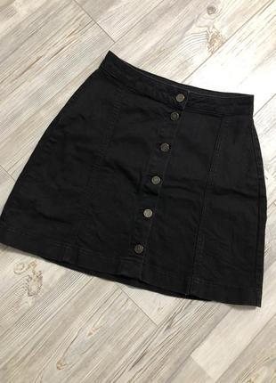 Чёрная джинсовая юбка трапеция на пуговицах