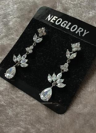 Красивые нарядные серьги-гвоздики в камнях под серебро